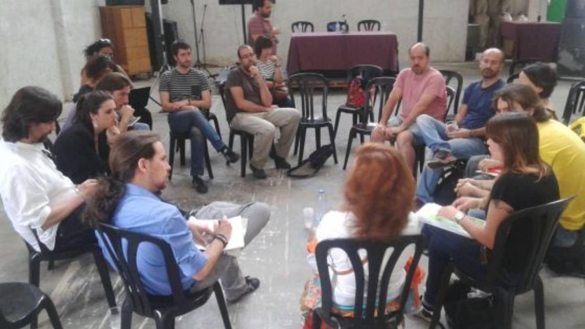 Pablo Iglesias y otros miembros de Podemos con la madre de Rodrigo Lanza