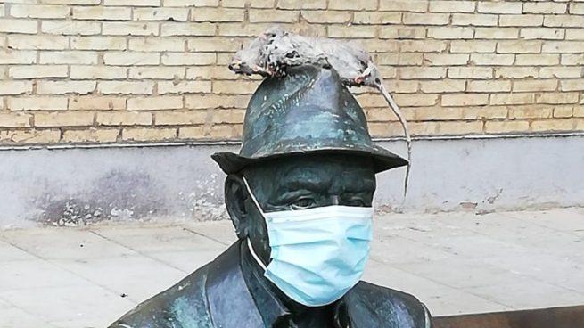 Ponen una rata en el monumento a los ancianos como protesta contra el socialista Espadas por el mal estado de Sevilla