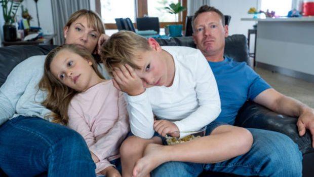 """Si mi hijo está en cuarentena por un positivo por coronavirus en su clase: ¿qué puede hacer"""" ¿puede salir de casa"""""""