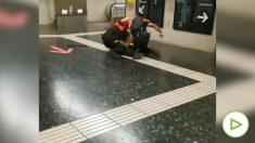 Dos vigilantes del metro de Barcelona a guantazo limpio