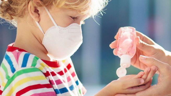 Guía para familias de niños con síntomas de coronavirus: ¿qué deben hacer padres y hermanos?