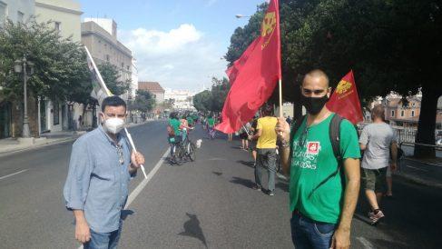 IU Cádiz con banderas comunistas.