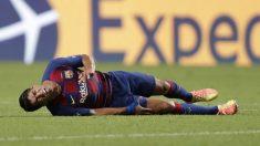 Luis Suárez se duele durante un partido. (AFP)