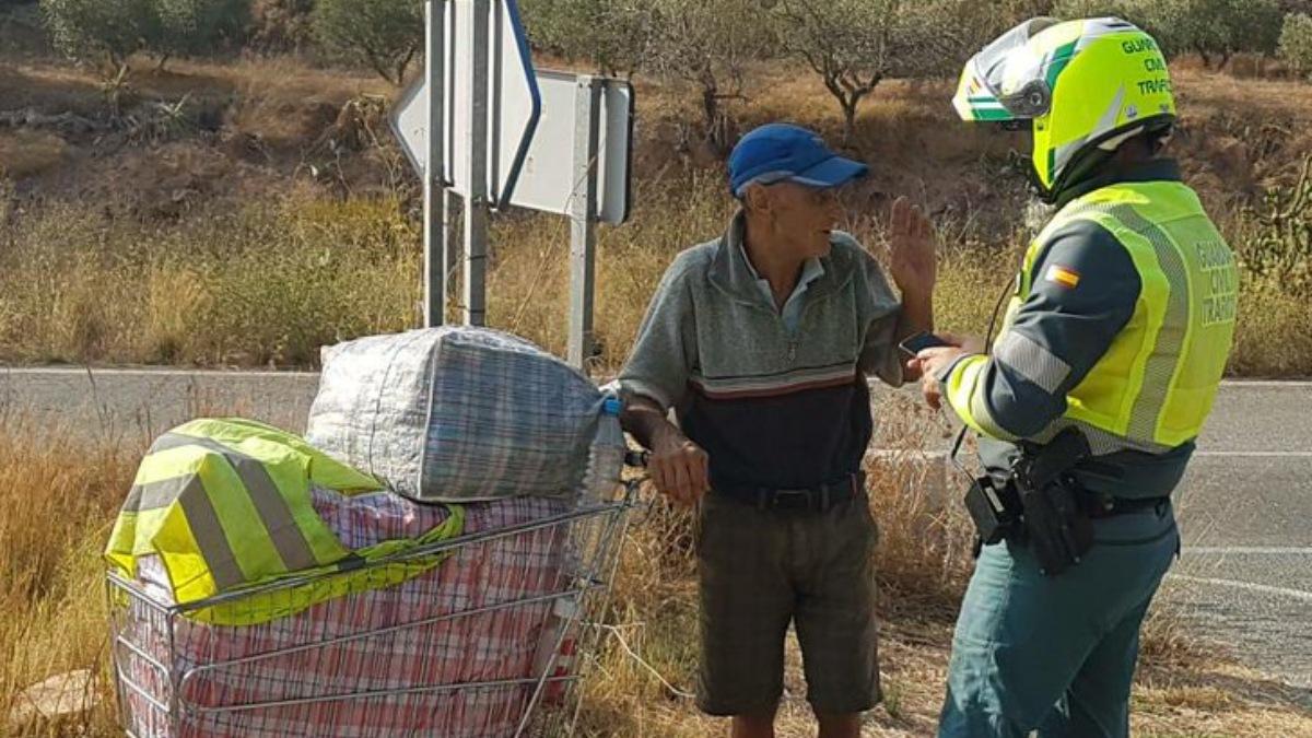 Un Guardia Civil ve a un mendigo en la carretera, va a un supermercado y le regala alimentos
