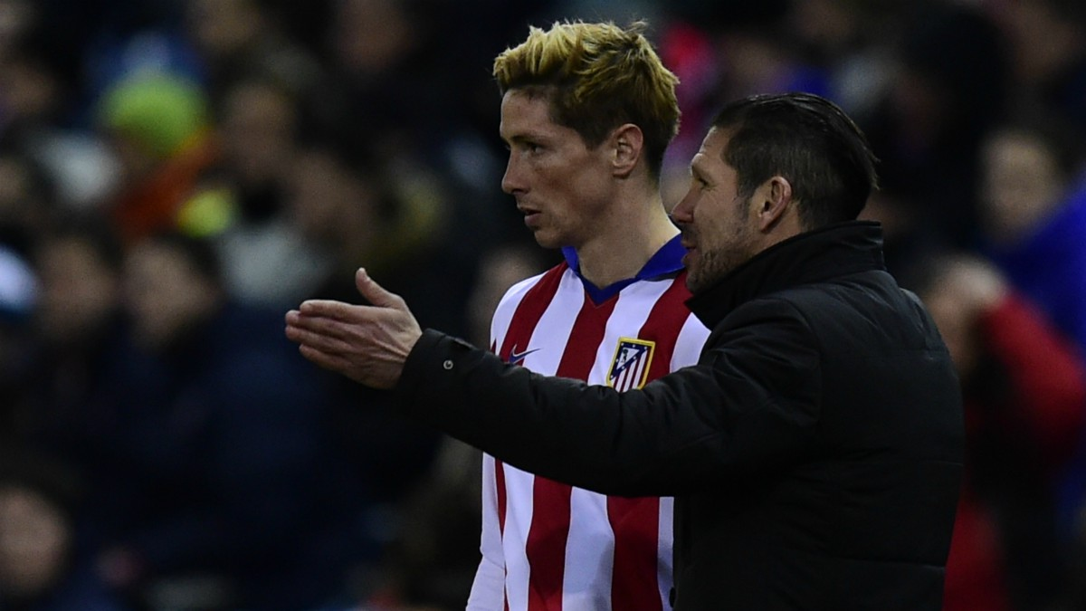 Simeone da instrucciones a Torres antes de saltar al campo. (AFP)