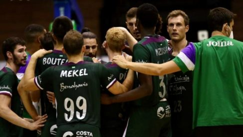Los jugadores de Unicaja durante un partido. (Foto: unicajabaloncesto.com)