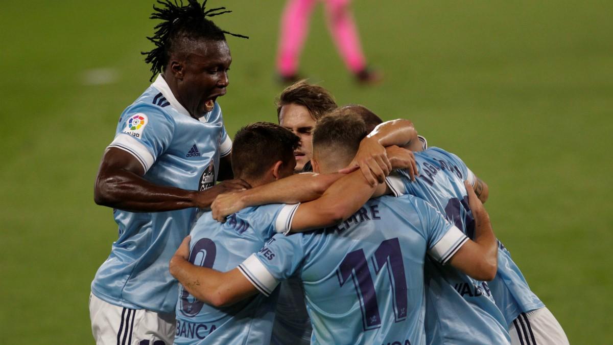 Los jugadores del Celta celebran un tanto frente al Valencia. (EFE)