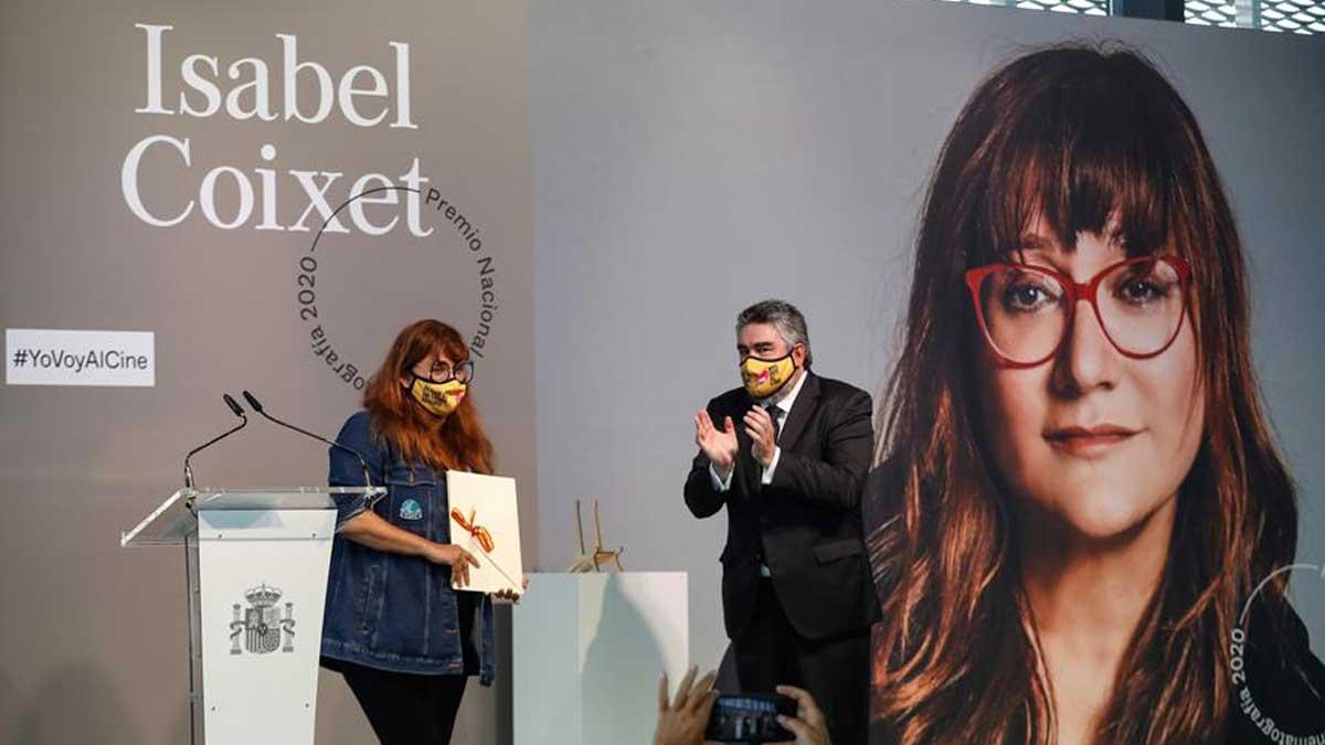 La directora y guionista catalana Isabel Coixet (i), recibe hoy en el marco del Festival de Cine de San Sebastián el Premio Nacional de Cinematografía 2020 de manos del ministro de de Cultura y Deporte, José Manuel Rodríguez Uribes (d), en reconocimiento a una trayectoria de más de tres décadas que ha abierto «caminos en el cine español». Foto: EFE