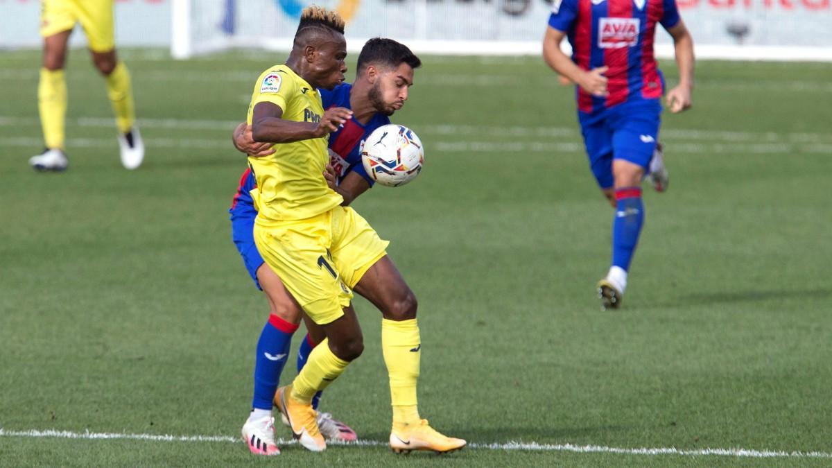 Samu Chukwueze pelea un balón durante el Villarreal-Eibar. (EFE)