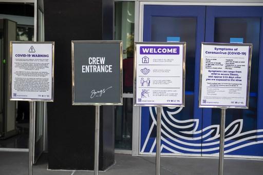Carteler informativos en el exterior del Staples Center desde donde se dirigirá la gala virtual de los Emmy 2020. Foto: AFP