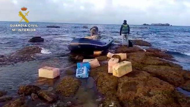 Vecinos de Ceuta dan aviso a la Guardia Civil de media tonelada de hachís flotando frente a la playa