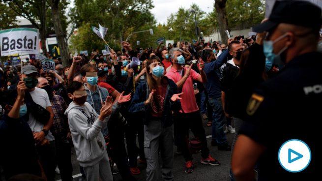 Manifestantes contra Isabel Díaz Ayuso en Puente de Vallecas. (Foto: EFE)