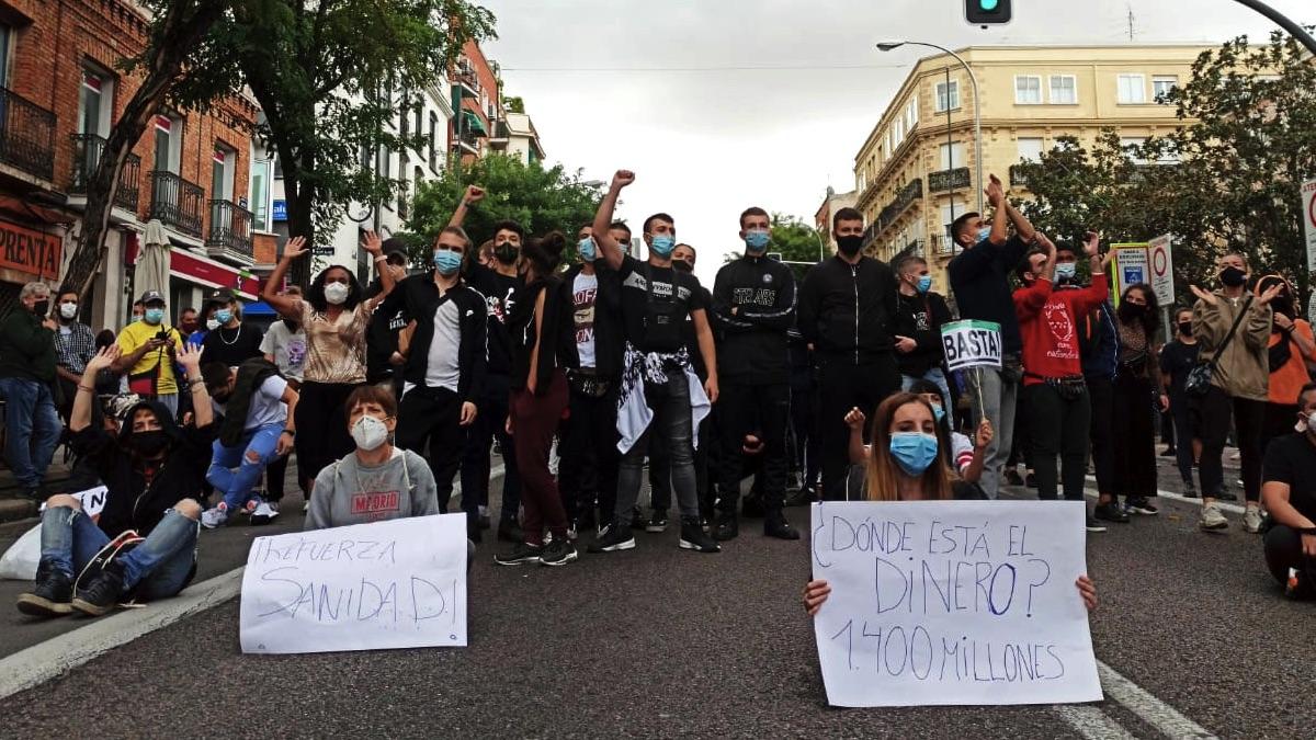 Manifestantes contra Isabel Díaz Ayuso en Puente de Vallecas. (Foto: David Obach - Europa Press)