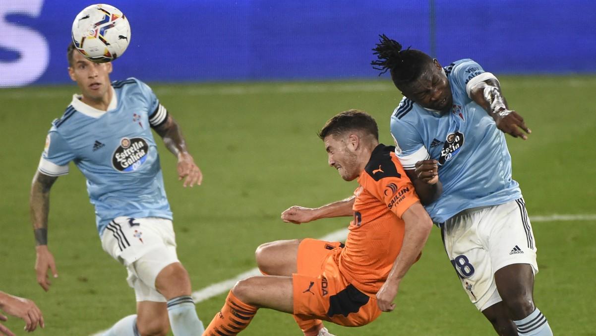 Esta acción entre Manu Vallejo y Aidoo es una de las señaladas por el Valencia. (AFP)