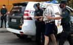 Agentes de la Guardia Civil de Zafra (Badajoz) escoltan al autor confeso de la muerte de Manuela Chavero, la mujer desaparecida en julio de 2016 en la localidad pacense de Monesterio