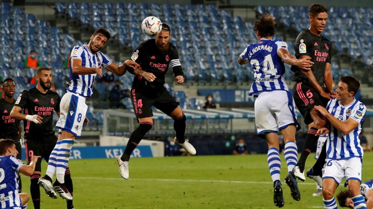Sergio Ramos remata un balón. (EFE)