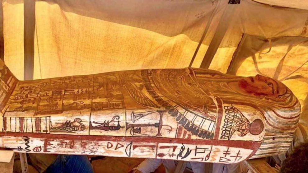 Uno de los sarcófagos descubiertos en la zona de Saqqara, ubicada cerca de las pirámides de Giza, en El Cairo (Egipto). Foto: Twitter