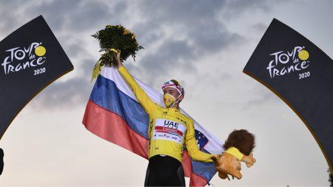 Tadej Pogacar, en el podio de París. (AFP)