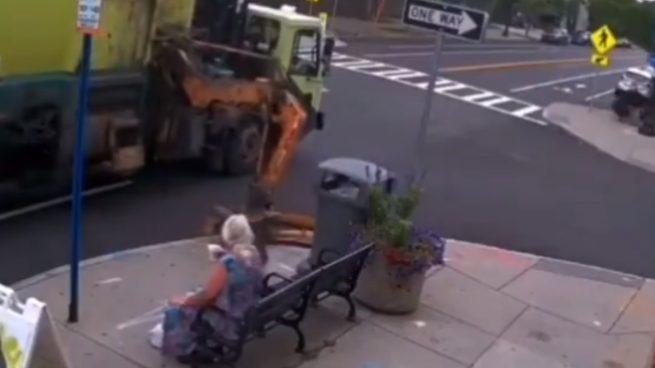 Twitter: Un camión de la basura hace saltar a una abuela por los aires por error
