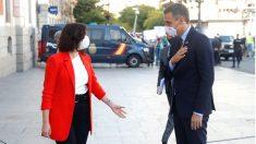 La presidenta de la Comunidad de Madrid, Isabel Díaz Ayuso, y el presidente del Gobierno, Pedro Sánchez, a las puertas de la sede del Gobierno regional, en Madrid. (Foto: Efe)