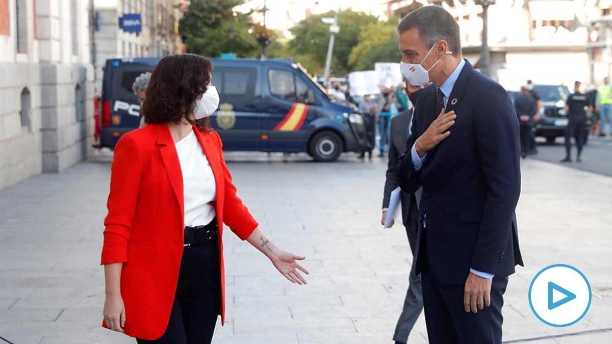 La presidenta de la Comunidad de Madrid, Isabel Díaz Ayuso, recibe este lunes al presidente del Gobierno, Pedro Sánchez, a las puertas de la sede del Gobierno regional, en Madrid. foto: EFE
