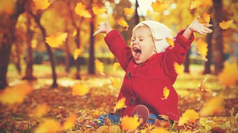 Distintos juegos al aire libre para disfrutar de la llegada del otoño con los niños