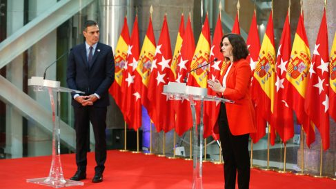 La presidenta de la Comunidad de Madrid, Isabel Díaz Ayuso, y el jefe del Gobierno, Pedro Sánchez, comparecen ante los medios tras la reunión mantenida este lunes. (Foto: Efe)