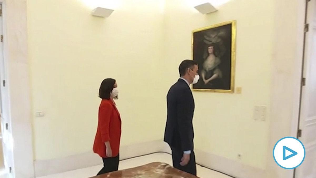 Pedro Sánchez dando la espalda a Isabel Díaz Ayuso en su visita a la Puerta del Sol.