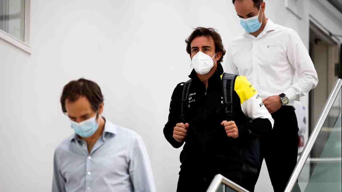 Fernando Alonso durante su visita a Enstone. (@alo_oficial)
