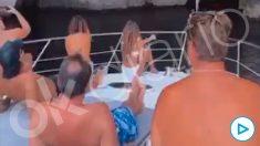 Óscar Puente y sus acompañantes en la cubierta del yate