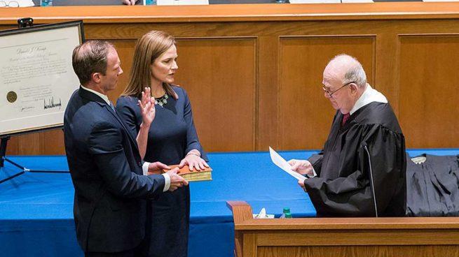 La juez Amy Coney Barrett en su toma de posesión del cargo. Foto: Wikimedia Commons