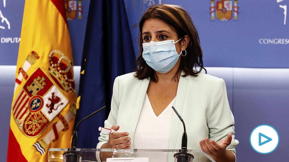 La portavoz socialista, Adriana Lastra, en rueda de prensa en el Congreso de los Diputados.