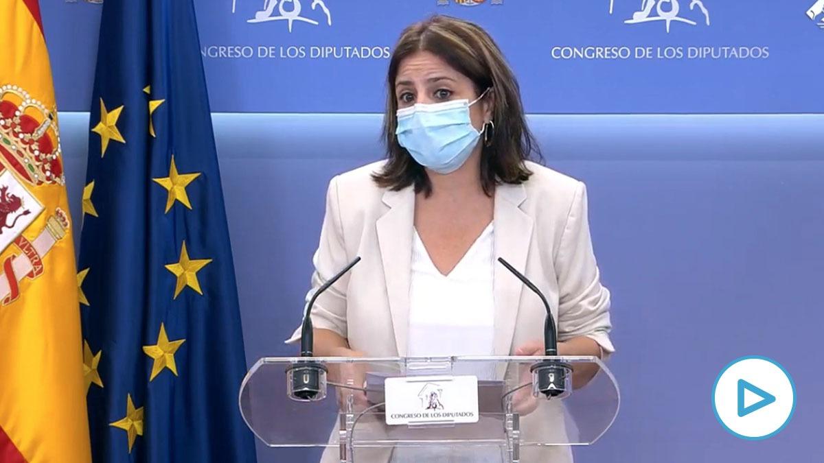 La portavoz del PSOE en el Congreso, Adriana Lastra, sale corriendo para no contestar a OKDIARIO.