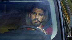 Luis Suárez, saliendo de un entrenamiento del FC Barcelona (AFP).