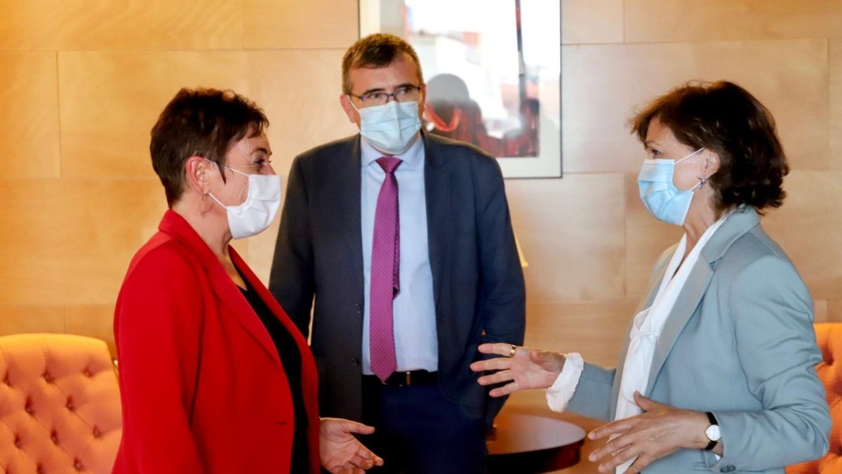 La vicepresidenta Carmen Calvo junto a la portavoz de Bildu, Mertxe Aizpurua.