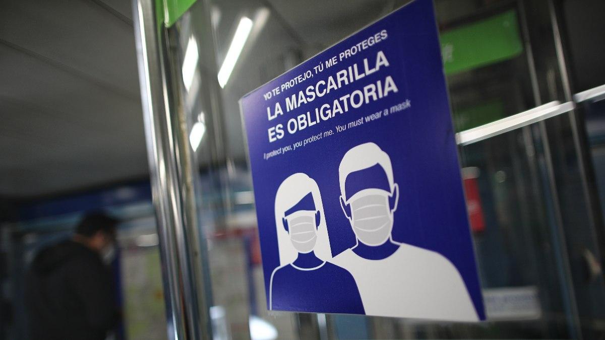 Cartel sobre la obligatoriedad de la mascarilla en el metro de Puente de Vallecas. Foto: EP