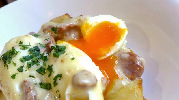 Crujientes patatas asadas con huevo poché