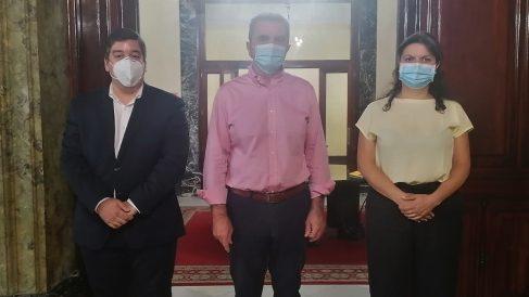 El alcalde de Galapagar, Alberto Gómez; el delegado del Gobierno, José Manuel Franco, y la concejal de Seguridad, Mercedes Nuño. (Foto: Galapagar)