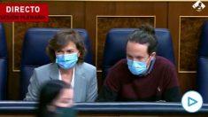 El vicepresidente segundo Pablo Iglesias dirigiendo una mirada lasciva a la diputada de Vox Carla Toscano.