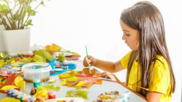 Manualidades infantiles: Cómo hacer un árbol de otoño con pepitas de calabaza