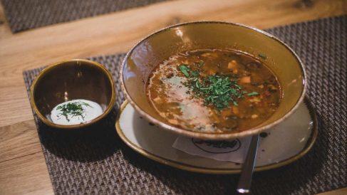 Receta de Sopa de jamón fresco con calabacín y berenjena encurtidos