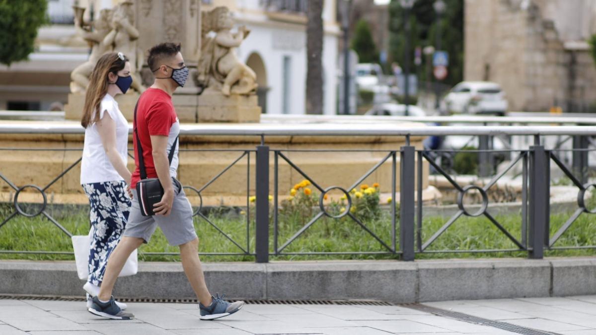 Dos personas con mascarilla en la plaza de España de Mérida. Foto: EP