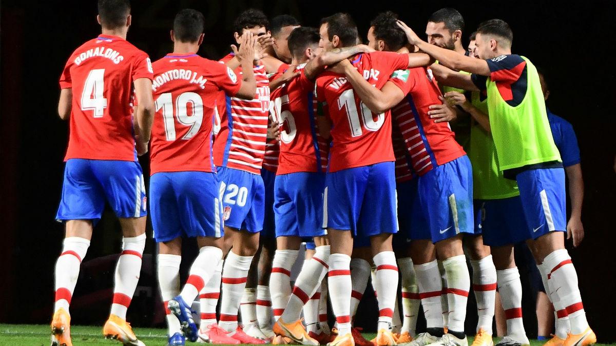 Los jugadores del Granada celebran el gol de Machís. (EFE)
