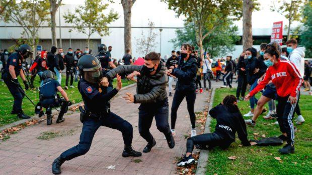 Las fotos de los manifestantes anti-Ayuso agrediendo y pateando a los policías