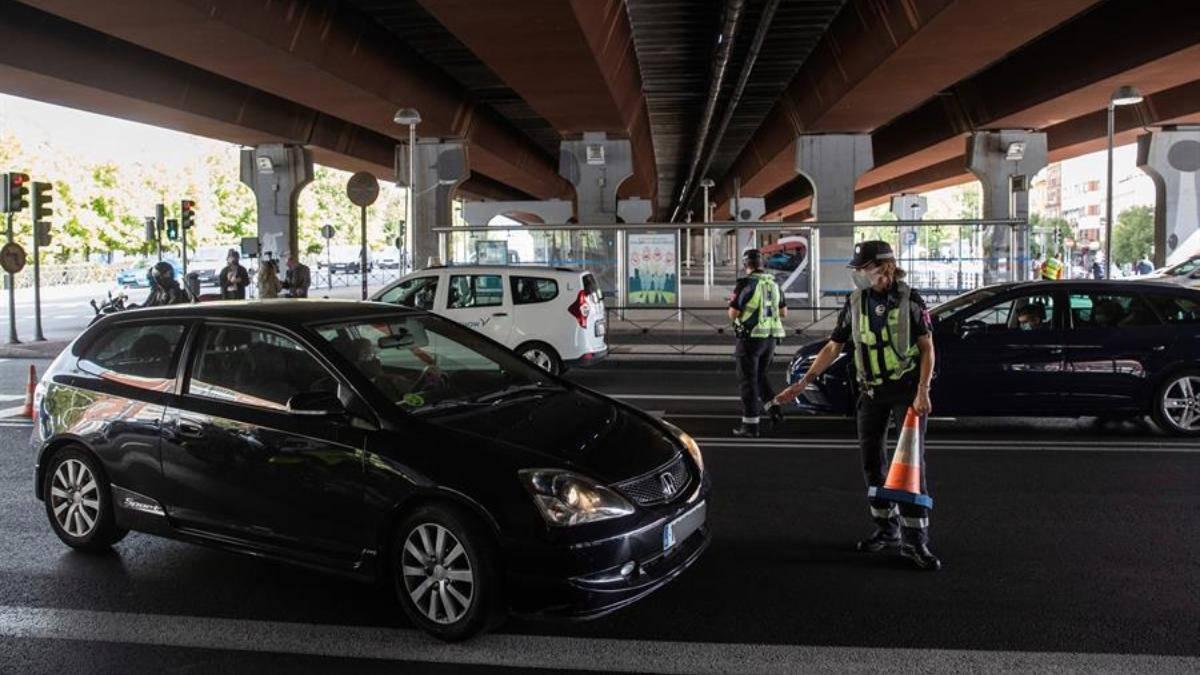 Control policial por el coronavirus en una de las zonas con restricción de movilidad de Madrid.