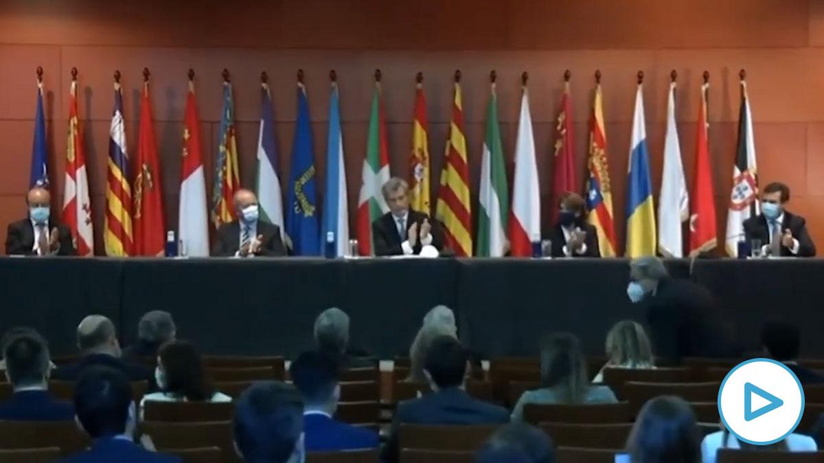 Los jueces responden al veto del Gobierno con un clamoroso «¡Viva el Rey!» en el acto en Barcelona.