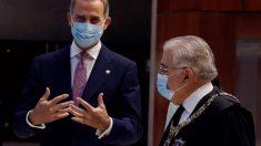 El presidente del Tribunal Constitucional, Juan José González Rivas (d); y el Rey Felipe VI (i), mantienen una conversación a su llegada al acto en conmemoración del XL Aniversario de la entrada en funcionamiento del Tribunal Constitucional, en Madrid. Foto: EP
