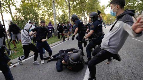 Radicales agrediendo a policías durante la manifestación. (Foto: EFE/Emilio Naranjo)