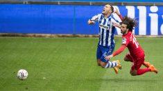 Lucas Pérez y Cucurella pelean por un balón. (EFE)