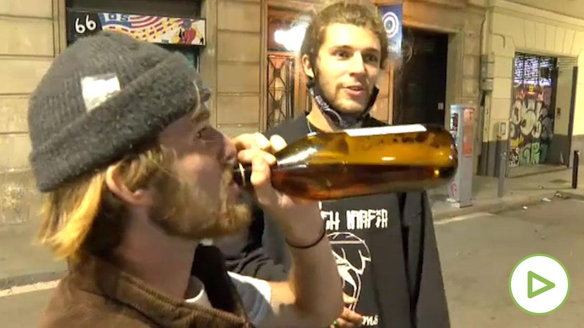 Jóvenes extranjeros insultan a la prensa por grabarles haciendo botellón en la calle de Barcelona